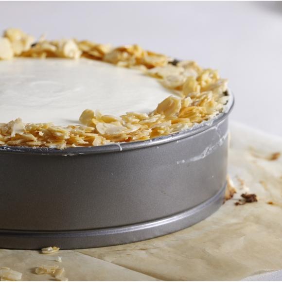 תמונה של עוגת גבינה אפויה עם תפוחים