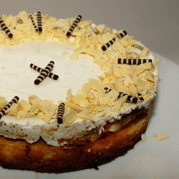 תמונה של עוגת גבינה שוקולד ושוקולד לבן בציפוי שמנת